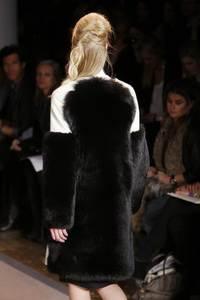 Peter Som - коллекция сезона осень/зима 2011-2012; мех - чернобурка окрашенная в черный цвет