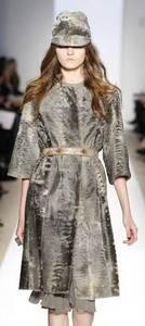 Пальто и кепка из каракуля коллекция Dennis Basso 2009-2010