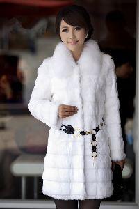 Женское пальто из искуственного меха, цена 2248 рублей